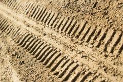 Gummireifenspuren im Sand Stockfoto