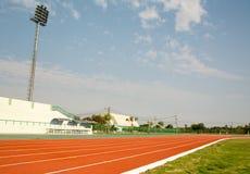 Gummirote Standardfarbe der Leichtathletik-Stadions-Laufbahn Stockfoto