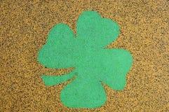 Gummispielplatzoberfläche mit vierblättrigem Kleeblatt Lizenzfreies Stockbild