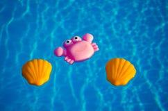 Gummispielwaren im Swimmingpool lizenzfreie stockfotos