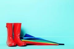 Gummistiefel mit Regenschirm Stockfoto
