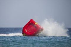 Gumowa łódź przechyla w czerwonym morzu Fotografia Royalty Free