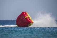 Gumowa łódź przechyla w czerwonym morzu Obraz Stock