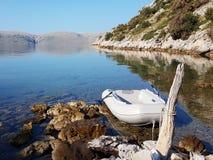 Gumowa łódź wiąże stara karpa w malowniczej zatoce zakopującej w zieleni iglasty lasu odpoczynek i spokój po dennego cr zdjęcie stock