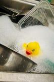 Gumowa kaczka w zlew Zdjęcia Royalty Free