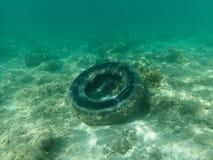 Gumowa opona pod wodą w morzu fotografia stock