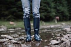Gumowa podeszczowych butów góry rzeka Zdjęcia Royalty Free
