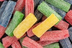 Gumowaty cukierki i kwaśny błękitny cukierek zamykamy widok zdjęcie stock