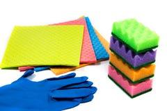 Gumowe rękawiczki, błonnikowe gąbki, sterta cleaning gąbki przygotowywać dla gospodarstwa domowego cleaning zadań zdjęcie royalty free