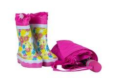 Gumowi buty i parasol menchie Biel odizolowywający Obraz Stock