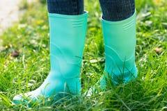 Gumowi buty na trawie Zdjęcie Royalty Free