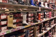 Gumowi buty w obuwianym sklepie Zdjęcia Stock
