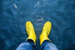 Gumowi buty w wodzie Zdjęcia Royalty Free