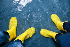 Gumowi buty w wodzie Obraz Royalty Free