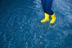 Gumowi buty w wodzie Obraz Stock