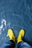 Gumowi buty w wodzie Obrazy Royalty Free