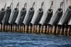 Gumowi fenders przy statek kuszetką obrazy royalty free