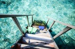 Gumowi flippers przy morzem zdjęcia stock