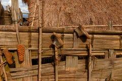 Gumowi podeszczowi buty, Starzy buty, Starzy buty wiesza na bambusie one fechtują się Obrazy Stock