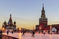 GUMOWY łyżwiarski lodowisko na placu czerwonym i odpoczynkowych ludziach w zima mroźnym wieczór w Luty moscow Rosji zdjęcia royalty free
