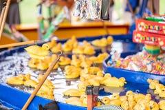 Gumowy kolor żółty nurkuje z haczykami w ich głowach Fairground haczyk gumowa kaczki szansy gra obraz stock