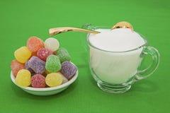 Gumowy kropla cukierku pucharu cukrowej łyżki pojęcie Fotografia Stock