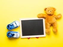 Gumshoes классн классного, плюшевого медвежонка и ребенка Стоковые Фотографии RF