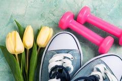 Gumshoes, тюльпаны и розовые гантели Стоковые Фотографии RF