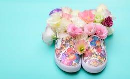Gumshoes hermosos con las flores dentro en tarjeta brillante del fondo Imagen de archivo libre de regalías