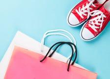 Gumshoes rojos con los bolsos del envío Foto de archivo libre de regalías