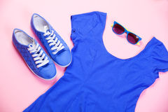 Gumshoes, zonnebril en kleding Royalty-vrije Stock Foto's