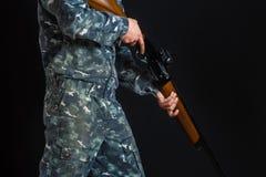 gun manbarn En soldat i militär likformig med en hagelgevär Kriglekar Förberedelse för våren, höstjakt Soldat eller arkivbilder