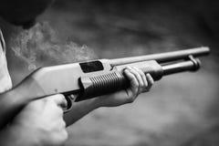 gun rökning Fotografering för Bildbyråer