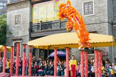 GUNAGDONG, CHINA - 28 Nov. 2015: Lion Dance in Foshan Voorouderlijk T Stock Foto