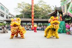 GUNAGDONG, CHINA - 28 Nov. 2015: Lion Dance in Foshan Voorouderlijk T Royalty-vrije Stock Afbeeldingen