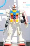 Gundam机器人塑造了大约1米长度 在一个空白背景 库存照片