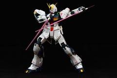 Gundam blanco con el sable doble del haz Imagenes de archivo