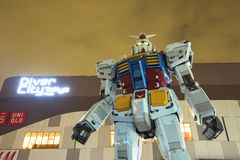 Gundam staty på skymninghimmel Royaltyfria Bilder