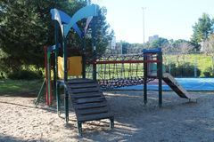Gunga och lekplatsen för barn i parkerar royaltyfri fotografi