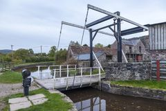 Gungabro på den Brecon och Monmouthshire kanalen Arkivfoto