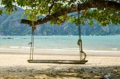 Gungauppsättning på strandhavsikten Arkivfoton