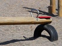 Gungbrädet vacklar stapplar i en lekplats Royaltyfri Fotografi