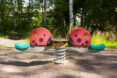 Gungor på lekplatsen på sommar Arkivfoto