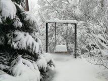 Gungor som begravas under snö royaltyfri foto