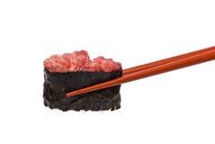 Gunkan Maki держится палочками Стоковое фото RF