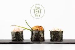 Gunkan maki för sushi på en vit bakgrund Arkivbilder