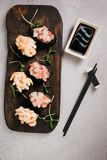 Gunkan maki Sushi Rolle der Garnele und Wolfsbarsch lizenzfreie stockfotografie