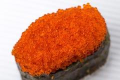 Gunkan sushi som är välfylld med den röda tobikokaviaren Arkivfoto