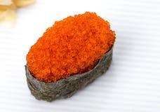 Gunkansushi met rode tobikokaviaar die worden gevuld Stock Foto's