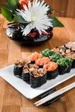 Gunkansushi met zalm, palings, chukka, garnalen en kippenvlees op een witte plaat worden geplaatst die Traditionele Japanse keuke royalty-vrije stock afbeeldingen